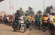 Bénin : Le préfet de Cotonou impose le casque aux conducteurs de moto et aux passagers.